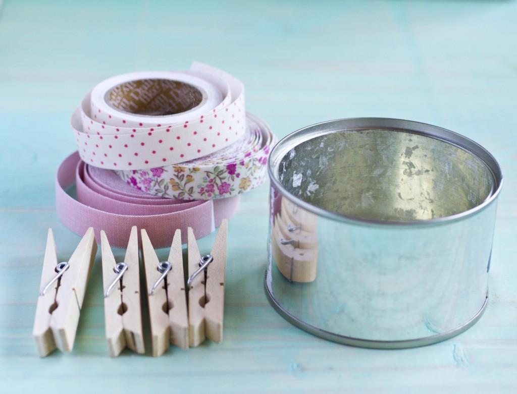 Decora tu casa con estas bonitas macetas hechas con pinzas for Porta ganchos de ropa